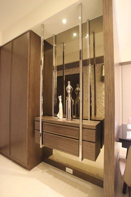 大容量鞋櫃與可以擺設飾品的抽屜小櫃,讓玄關空間既有實用性又兼具美觀。
