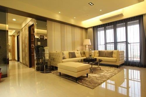 雙色人造皮構成的沙發牆,使空間更顯柔和又不失活潑。