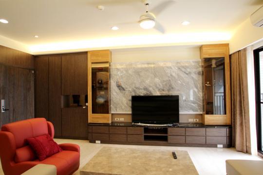 電視主牆的寬度,彰顯出客廳的沉穩大器,而電視牆的大理石紋理質感,也成為整個客廳的焦點。