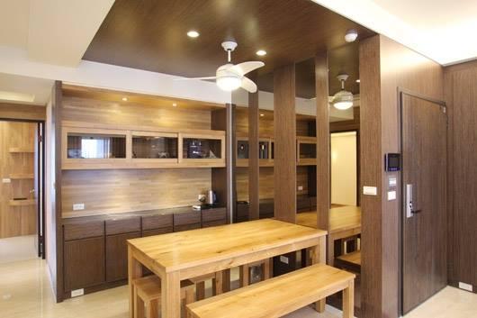 溫潤手感的木作桌几、茶櫃,展現沉穩內斂的底蘊,讓到訪的客人在此喝杯茶,在饒富情調的空間中放鬆身心。