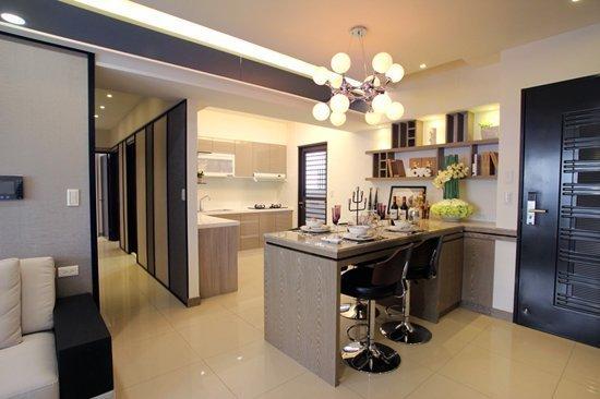 兼納電器櫃設計的餐桌與吧台,善用空間好貼心