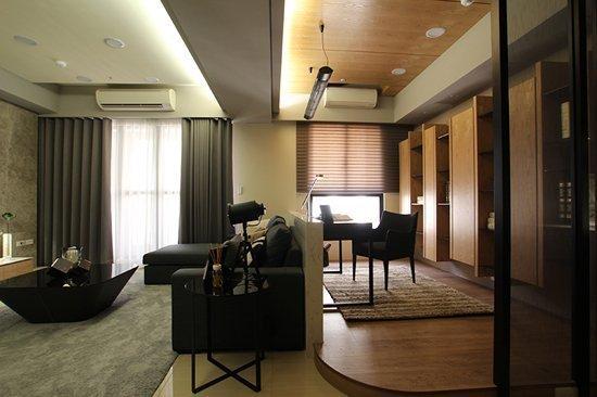 弧形加高超耐磨木地板界定空間,讓書房與客廳的領域