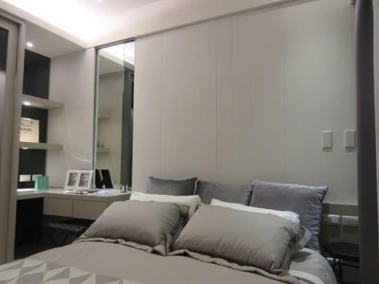 主臥室的衣櫃玻璃門片,壁面局部貼鏡