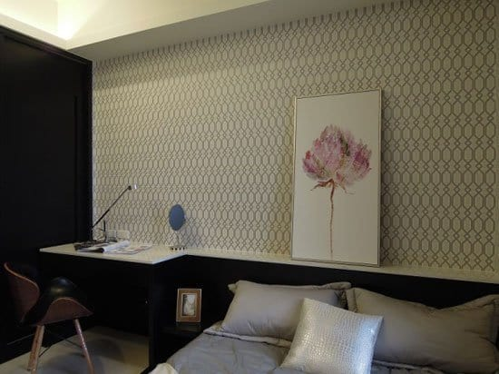 尊親房採用整片石材檯面構成的書桌與床頭櫃,清理特別方便。