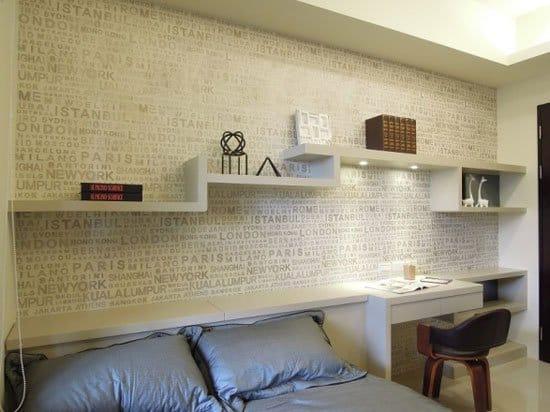 客臥室巧妙的運用收納櫃,化解床頭壓樑的問題。