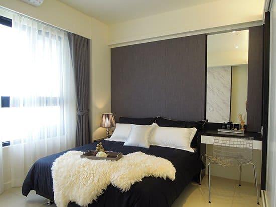 臥室床頭壁板選用黑色木紋的木皮