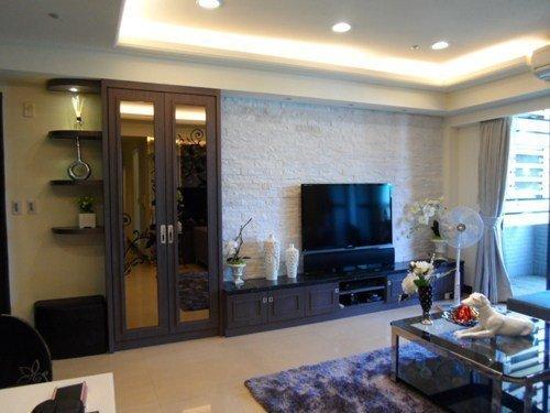 客廳改造後,白色岩面的電視牆透露出文藝氣息,整體空間也更明亮