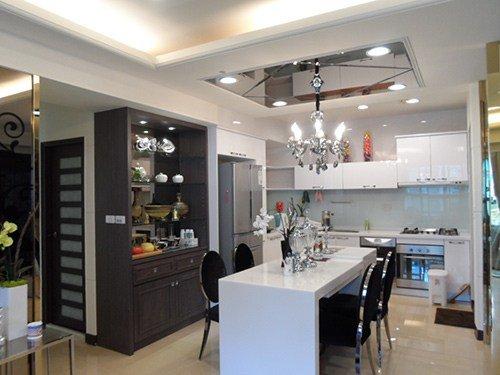 改裝後,餐廚區氣氛截然不同,看起來空間好像變大了
