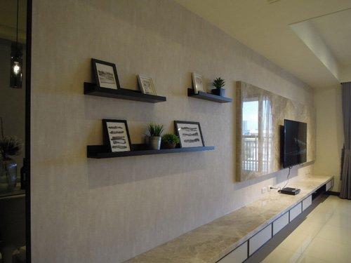 因室內設計裝潢預算有限,電視牆面採用石材紋路壁紙和系統層板,雖然只是小小的裝飾,卻讓空間的生活感豐富起來。