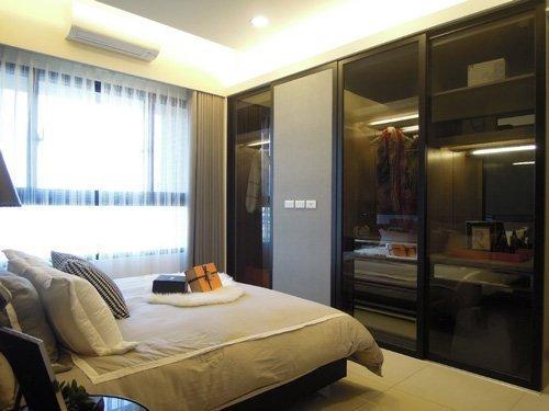 正對床鋪的唯一「非透明門片」,其實是可移動的電視牆,功能性十足。