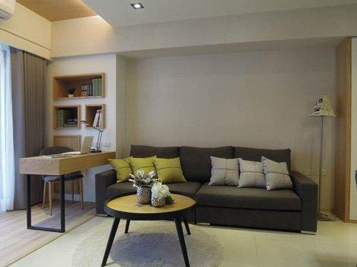 開放式書房以木皮地板做區隔,天花板和背牆設計自成一格,又融入整體空間。