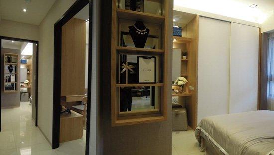 走廊盡頭的驚喜,是主臥室別出心裁的展示櫃。