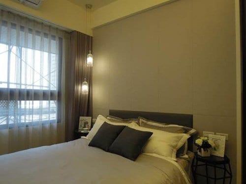 采顥/綵宸室內設計善用配件為住宅加分,柔和的吊燈搭配灰色人造皮與深色交錯的牆面,立體感滿分