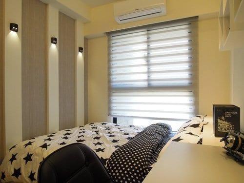 床尾以壁板搭配壁燈,流線造型顯得格外亮眼,床下有充分的收納空間。