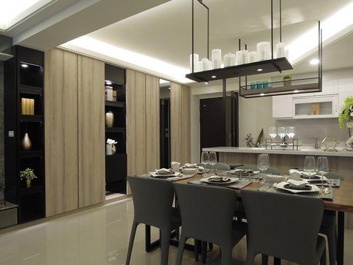 設計巧思藏在玄關中,鞋櫃的其中一面鑲嵌穿衣鏡,打理好儀容再出門。
