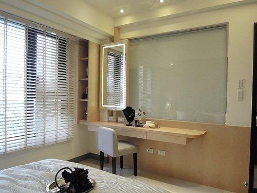 床鋪後方灰色皮質牆面造型,及狹長型的不落地梳妝台、內嵌燈管的化妝鏡,都是主臥室設計亮點。