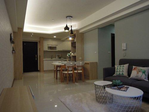 廚房的電器餐櫃兼收納櫃可以靈活運用,矮櫃上的空間也很好運用。