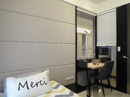 房間以亮/暗色系營造對比,讓空間顯得活潑不呆板。
