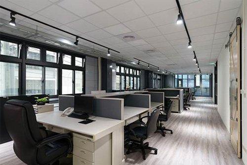 二樓辦公室採用木紋塑膠地板與木門,散發安定的溫馨質感。