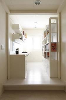書房室內設計-開放式的書房, 訂作的書櫃,書桌線條俐落, 增添人文意涵。