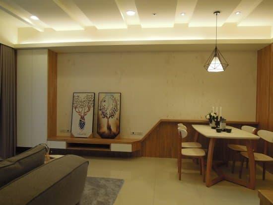 天花板以簡約線條柔化大樑,交錯崁燈增添柔和感。