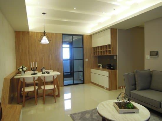 開放式餐廳與明亮的廚房,營造出清新自然的場域空間。