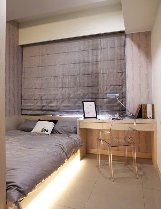 以淺灰色花紋壁紙搭配淺色木皮,視覺多了些沉穩舒服感