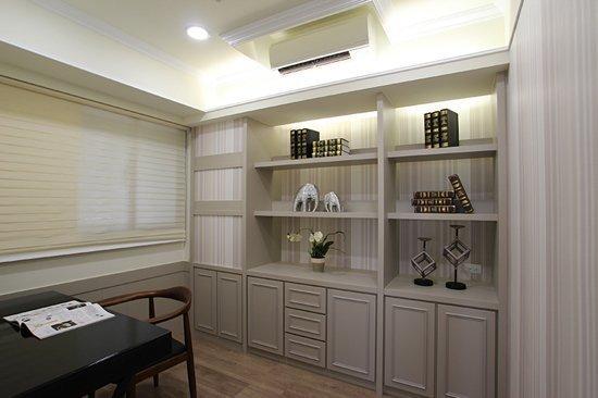 木質地板與淺木板書櫃撞色搭配,讓整體氛圍不過度沉悶