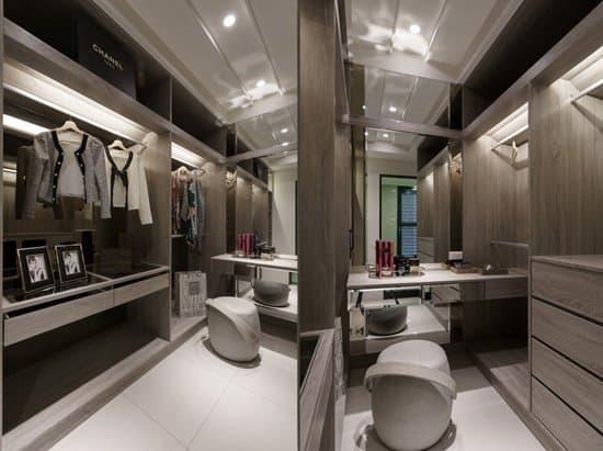 (下圖)分門別類收納衣物如同展示櫥窗,梳妝台底部貼鏡更加大了空間感!