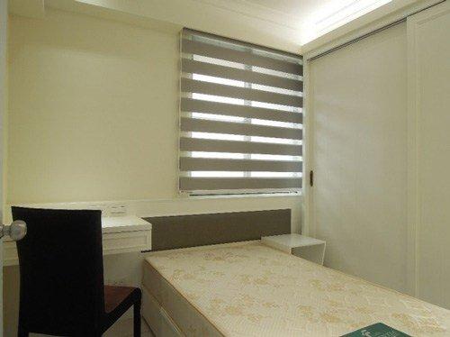 原本主臥收納功能較弱,窗戶在床鋪的左側