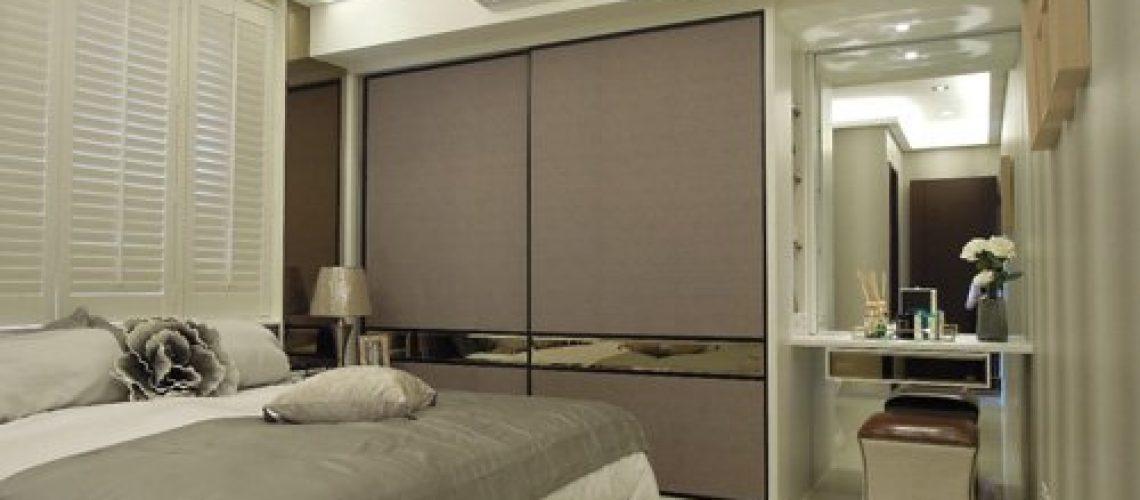 主臥床頭實木白色百葉窗與鑲嵌床邊兩側之茶鏡:提升整體空間質感,更顯簡約 風範。