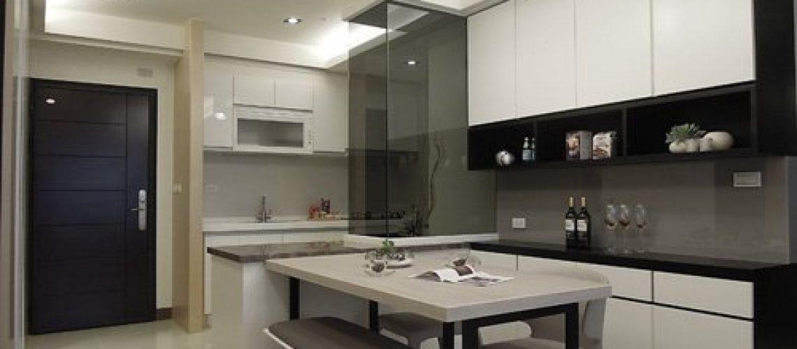 餐桌後方的上下組合櫃有強大的收納功能,中空部分還可以放食物、飲料、擺設,功能相當齊全。